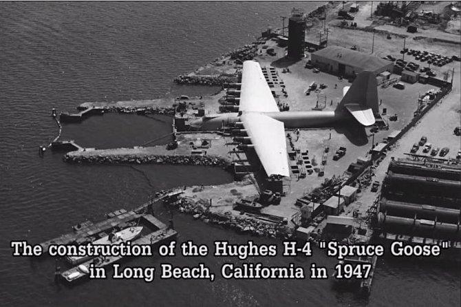 Takto vypadala stavba obřího prototypu letadla Hughes H-4 Hercules - zřejmě největšího vůbec postaveného transportního letounu - v Long Beach v Kalifornii v roce 1947.