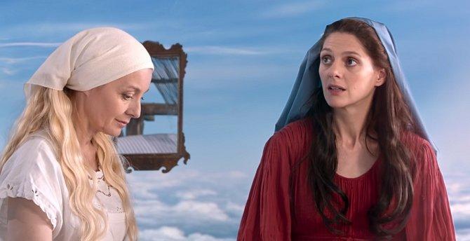 V nebi je vidět ještě druhé nebe. To nedává moc smysl. / Při svatbě pana hraběte a Dorotky je na nebi vidět stopa po letadlu.