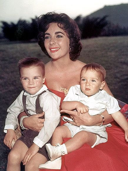Elizabeth Taylor si stihla mezi sňatky a kariérou pořídit i dvě děti.