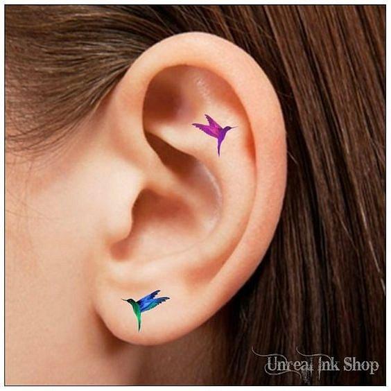 Tetování na uchu - barevné tetování je in už několik let
