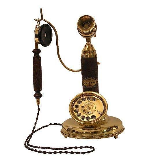 Skvělým doplňkem do vašeho interiéru může být dřevěný retro telefon. Dřevěné části jsou z buku nebo dubu, barevné odstíny pak v základním provedení hnědé (koňak) nebo hnědočervené (mahagon).