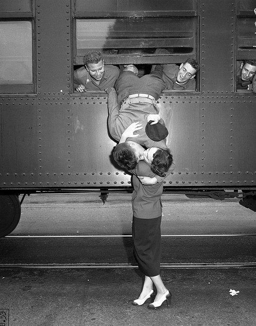 1. Poslední polibek na rozloučenou před odchodem do Korejské války, Los Angeles, 6. září 1950