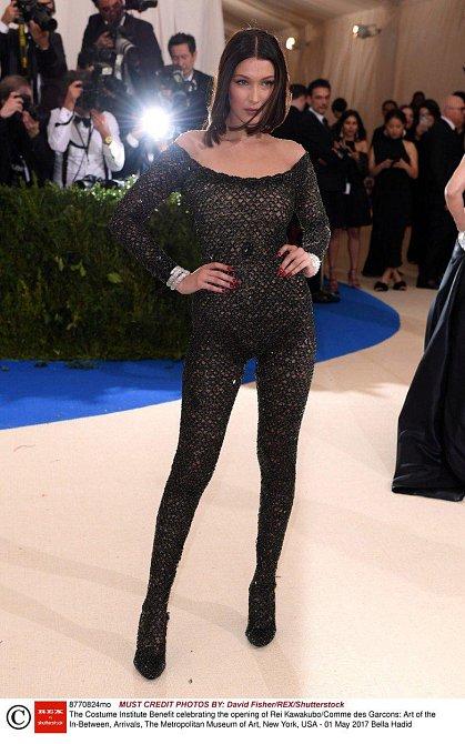 Oblečená / Neoblečená Bella Hadid na Met Gala 1. 5. 2017