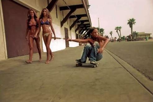 Víte, jak vznikl skateboarding? Surfaři se jednoduše nudili, když zrovna nebyly ty správné vlny na surfování...