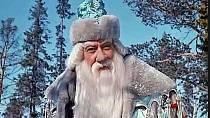 Jiný strom - Představitel Mrazíka Alexandr Chvylja v originálním znění pohádky zpívá o smrčku, v české verzi o štíhlé jedličce a ve skutečnosti je ve snímku vidět borovice.