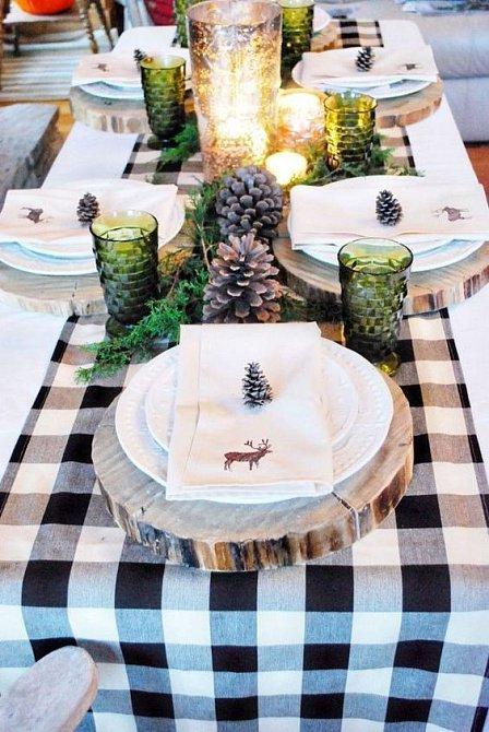 Velice oblíbený je nyní skandinávský styl, který využívá dřeva jako dekoraci. Dřevěné kruhy můžete použít jako podložku pod talíře.