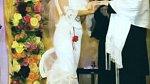 Christina Aguilera si brala Jordana Bratmana v bílých šatech se záplavou volánků, v nichž skoro nemohla chodit.
