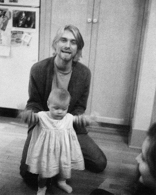 Kurt Cobain byl u prvních krůčků své dcery Frances Bean.