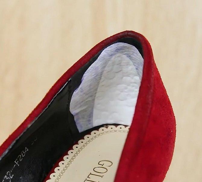 Tlačí vás pata, ale nemáte u sebe opatěnky? Ustřihněte kus intimky a vložte do bot.