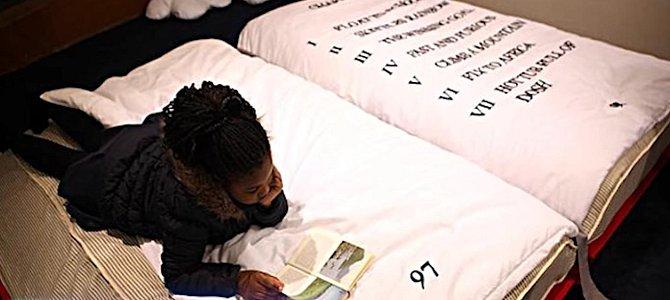 Kdo by si taky nerad četl v posteli, že?