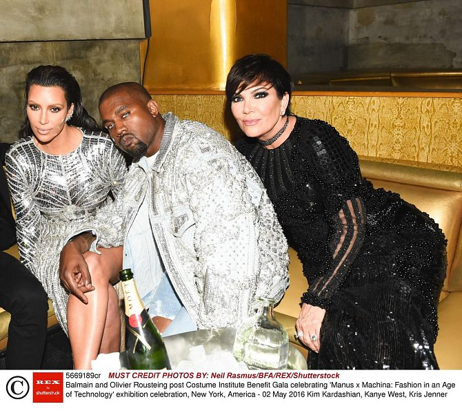 Kim Kardashian s manželem Kanyem Westem a matkou Kris Jenner
