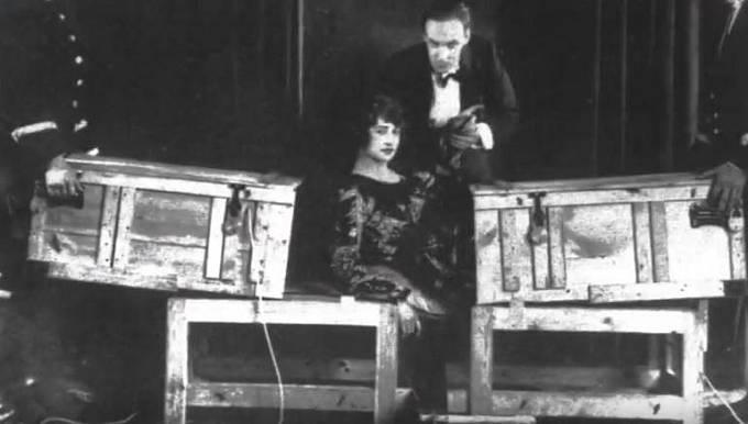 """Rozříznutá asistentka – tento kouzelnický trik patří snad mezi ty nejznámější. Kouzelník při něm zavře svou asistentku nebo nějakou """"náhodně"""" vybranou ženu z publika do bedny, kterou po té rozřízne a následně zcela jednodu?..."""