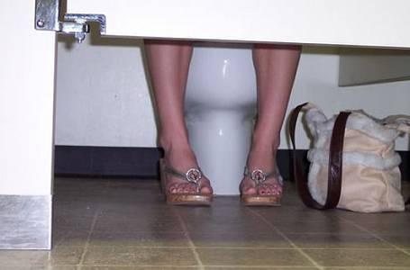 Návod, jak se chovat na veřejných toaletách, aby jejich použití nebylo zdraví škodlivé