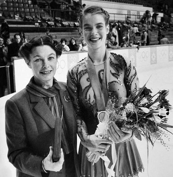 Krasobruslařka Katarina Witt se svou trenérkou. Ronila slzy a potila krev, ale bez ní by nedosáhla takových úspěchů.