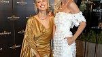 V bílých krajkových šatech se v Karlových Varech ukázala i v loňském roce.