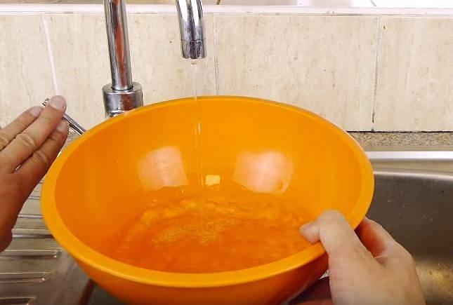 Do mísy napusťte studenou vodu.