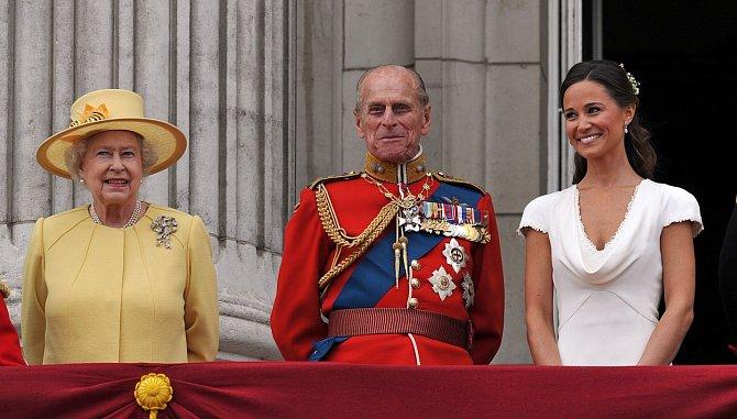 Díky svatbě Kate s princem Williamem se rodina Middletonových dostala blízko královské rodině a do hledáčku fotografů.