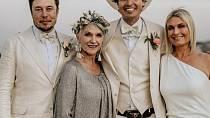 S dětmi (Elon, Kimbal, Tosca) má velmi blízký vztah. A spoustu radost s deseti vnoučaty.