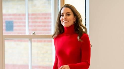 Kate Middleton zářila v červeném modelu.