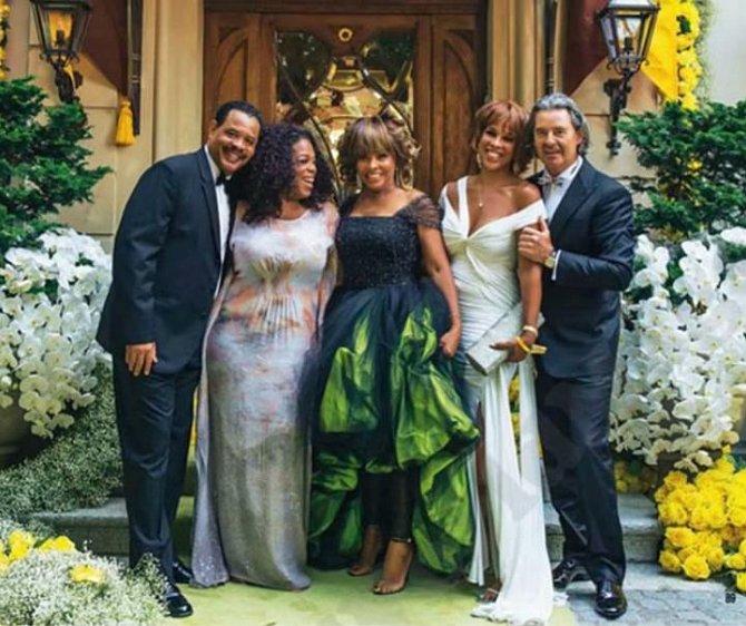 Tina Turner se vdávala za Erwina Bacha v zelených šatech od Armaniho. Jen si k nim měla vzít punčochy bez špiček místo tohoto.