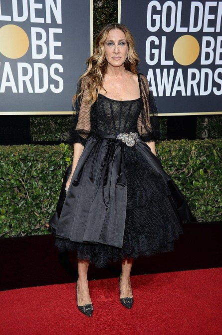 Sarah Jessica Parker v modelu, jehož střih k ní tak nějak patří. Podobně střižené šaty jsme na ní viděli už několikrát.