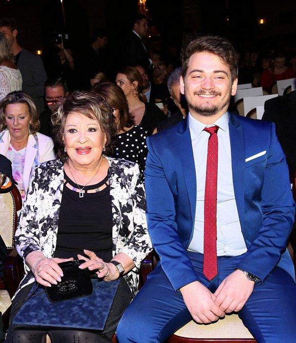 Jiřina Bohdalová s vnukem Vojtou, který jí dělá často společnost.