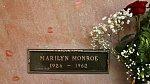 12. Marilyn měla koupené květiny na svůj hrob na dvacet let dopředu. Jednou totiž přiměla svého tehdejšího manžela Joe DiMaggia, aby jí slíbil, že pokud ona zemře dříve než on, tak jí přinese každý týden na její hrob květiny. ...