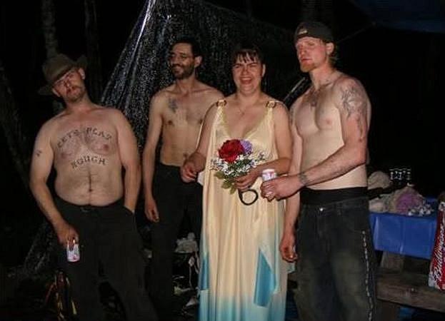 Tato dáma zřejmě chtěla hodně ušetřit na svatebním oblečení, a tak si vzala jen košilku a manžela a svatebčany nechala nahoře bez.
