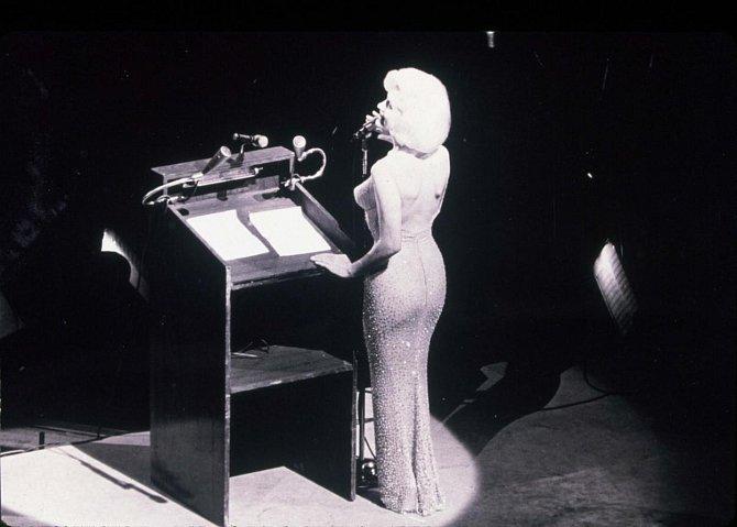 6. Její šaty jsou nyní velmi ceněným artiklem. V aukční síni Julien's se její róba, v níž v roce 1962 zpívala prezidentu Kennedymu k 45. narozeninám Happy Birthday, vydražila za neuvěřitelných 4,8 milionů dolarů. To bílé šaty z...