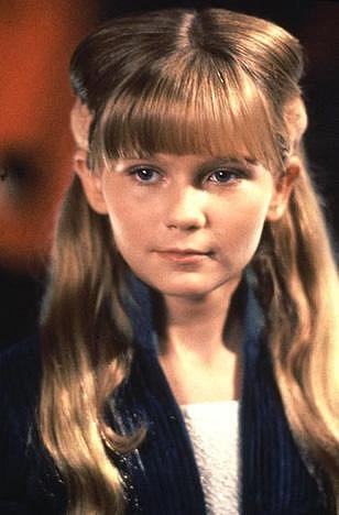 11 let - Před kamerou se Kirsten Dunst objevovala poměrně často, matka ji nechala hrát v reklamách, ale k dohledání je až její role v seriálu Star Trek: Nová generace v dílu Temný kout z roku 1993