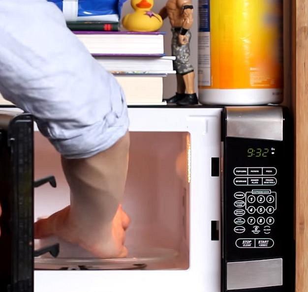 A teď přijde samotná příprava v mikrovlnné troubě. Zapékací misku do ní vložte na 5 x 45 sekund se 4 vteřinovými přestávkami, aby se dortík celkově dělal 4 minuty. Výkon musí být na 50 %. Poté misku opatrně vyndejte a nechte vychladnout.