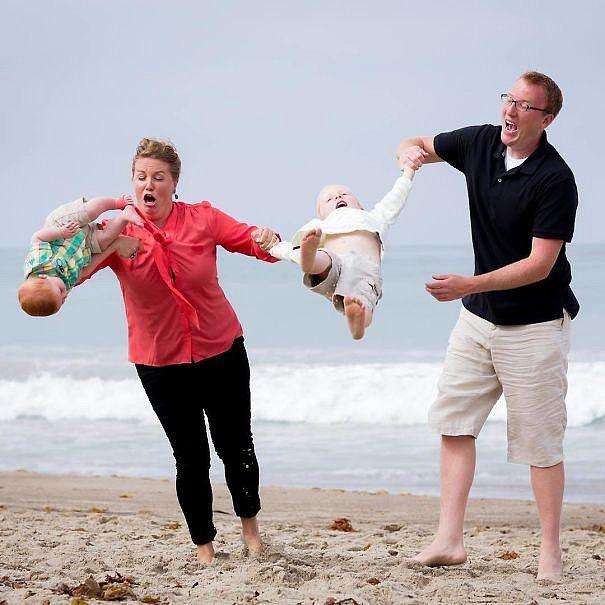 Nebojte se, miminku, ani jeho sourozenci se nic nestalo. Maminka oba zachránila. Ale vypadá to děsivě, co říkáte?