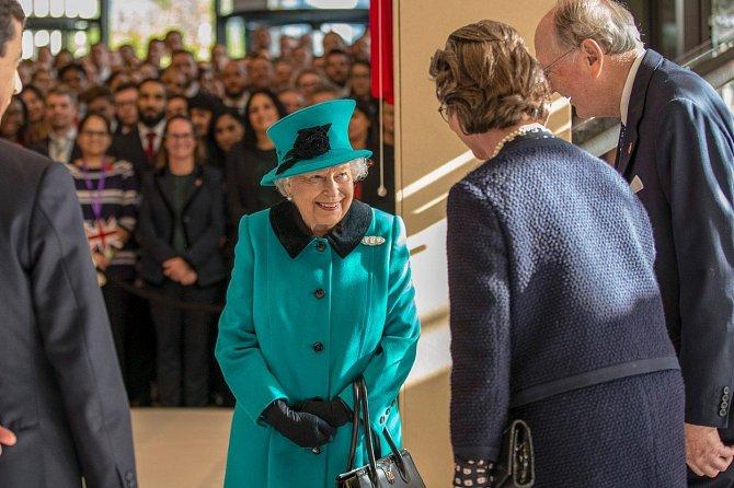 Nazelenalý kabát s černými detaily si královna rychle oblíbila.