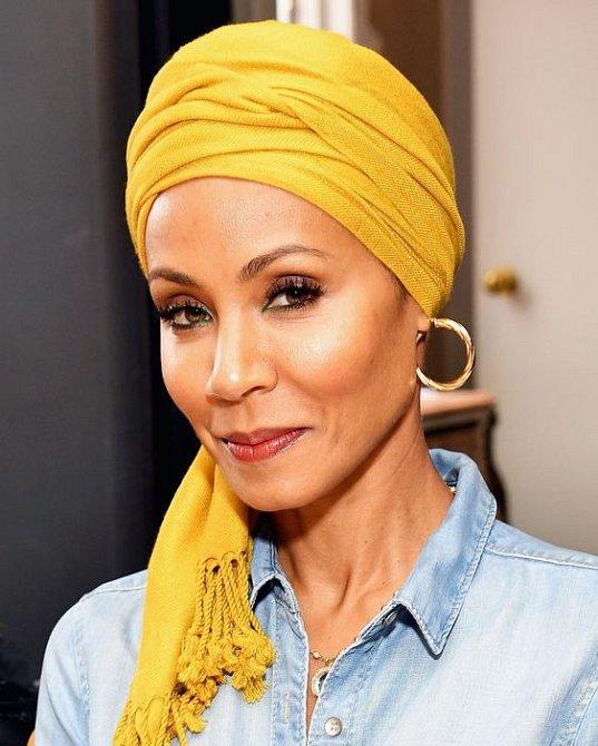 Jada Pinkett Smith si oblíbila turbany. Pro vlasové akné je to lahůdka.