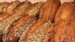 Vláknina a další cenné látky jsou koncentrovány ve vnějším obalu zrna, namísto bílého pečiva bychom proto měli konzumovat to celozrnné.