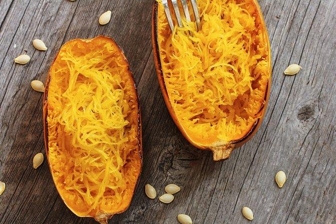 Zeleninové špagety jsou odlehčenou verzí klasických těstovin. Zkuste špagetovou dýni, mrkev, řepu, bílou ředkev, tuřín nebo cuketu.