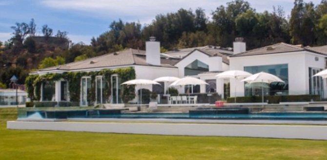 Bazén u domu je obrovský.