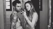 Modelka Behati Prinsloo porovnává bříško se svým manželem zpěvákem Adamem Levinem.