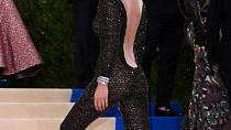 Oblečená / Neoblečená Bella Hadid na MetGala 1. 5. 2017