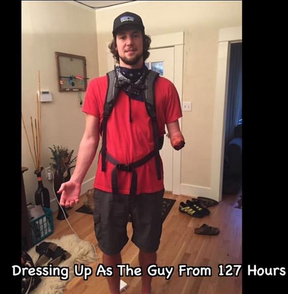 Ano, ten chlápek vypadá přesně jako horolezec Aron Ralston z filmu 127 hodin, kde si musel uříznout ruku, aby si zachránil život.