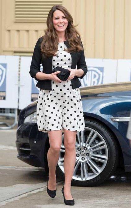 Tyto šaty se na Kate zdály královně až příliš krátké.