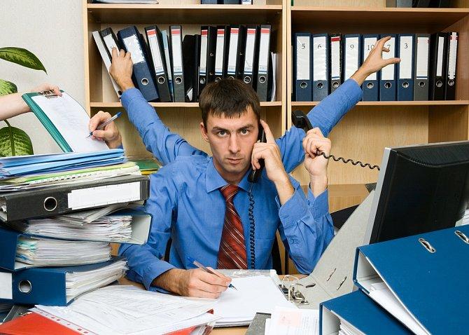 Tvrdí, že je v práci velmi zaneprázdněný a je nucen k přesčasům...