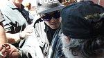 Nejnovější snímky zachycují Johnyho Deppa, kterak se podepisuje hrstce šťastných fanoušků na letišti.