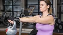 Ani těžším sportům se nemusíte vyhýbat. Nižší váhy kettlebellů jsou na protažení perfektní.