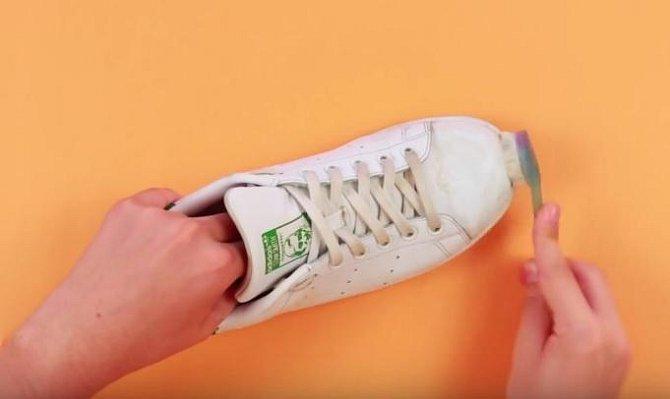 Vydrhněte pasto celou botu.