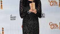 Letošní vítězka jedné ze sošek, Annette Bening, svojí image mile překvapila: tmavé šaty ze zajímavého materiálu doplnila výraznými brýlemi a mladistvým účesem.
