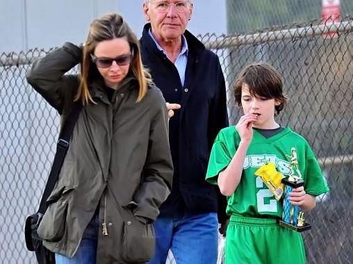 Harrison Ford a Calista Flockhart spolu vychovávají adoptivního syna Liana.