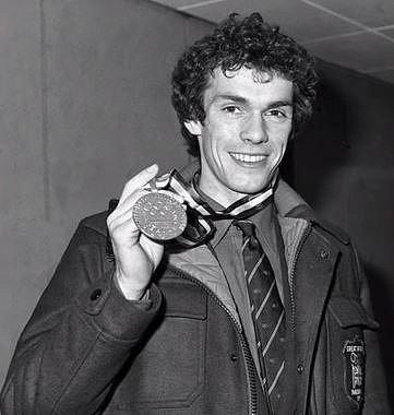 John Curry (1949 - 1994) - Britský krasobruslař, měl stejný osud jako náš reprezentant Nepela, zemřel jen o pět let později. Ondrej Nepela byl nejúspěšnější československý krasobruslař historie, olympijský vítěz a mistr světa.