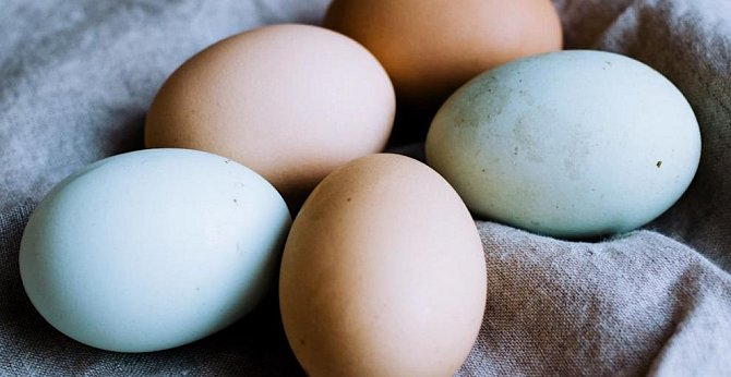 Vzduch ve vajíčku při vaření způsobí, že praskne, bílek vyteče ven a vy máte po večeři. Ale existuje pár rad, jak vejce uvařit bez problémů. Nechte je zahřát na pokojovou teplotu a do rendlíku s vroucí tekutinou je vkládejte na lžičce a vodu osolte.