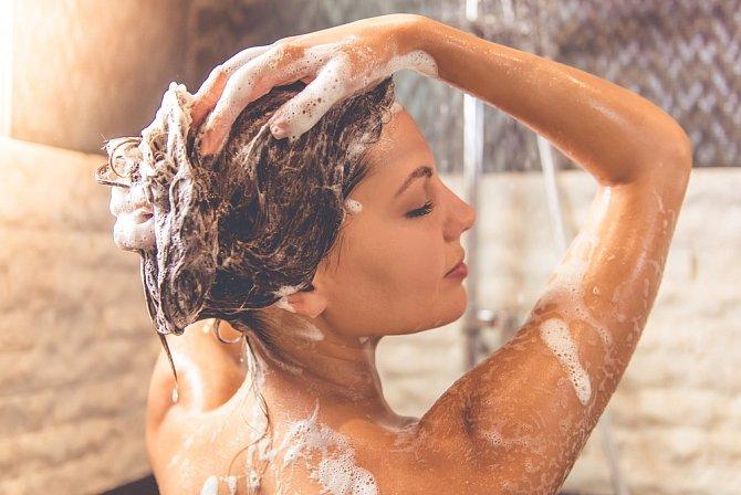 Vlasy si myjte častěji, ale vynechte kondicionér.